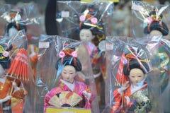 Японские куклы на торговых улицах токио Стоковая Фотография RF