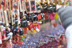 Японские куклы на торговых улицах токио Стоковое Фото