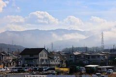 Японские дома на предпосылке горы Стоковые Изображения