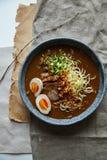 Японские рамэны с животом свинины, грибами и marinated яичком Стоковые Фото