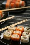 Японские суши на черной плите Стоковая Фотография RF