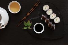 Японские суши с соевым соусом на блюде черноты формы сердца Стоковое Фото