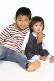 Японский брат и сестра обнимая один другого Стоковое Изображение RF