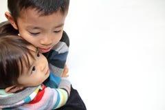 Японский брат и сестра обнимая один другого Стоковое Изображение