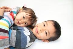Японский брат и сестра обнимая один другого Стоковое Фото