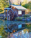 Японский дом колеса воды отражая в пруде Стоковое Изображение RF