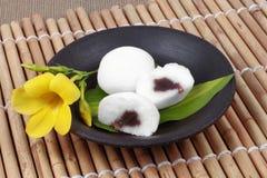 Японский десерт, испаренная фасоль fillin торта муки риса сладостная красная стоковое фото rf