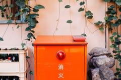 Японский жидкостный огнетушитель и винтажная стена стиля стоковые изображения rf