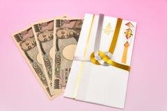 Японский конверт подарка и 10 тысяч счет иен Стоковые Изображения