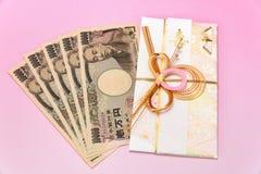 Японский конверт подарка и 10 тысяч счет иен Стоковая Фотография