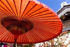 Японский красный зонтик на осени Стоковая Фотография