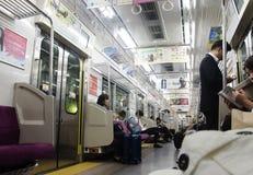 Японский народ сидя на срочном электрическом железнодорожном поезде от n Стоковое Изображение RF