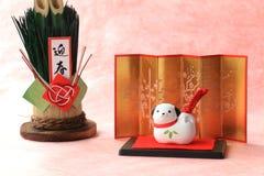 Японский объект собаки Нового Года на традиционной красной бумаге Стоковое Изображение