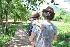 Японский отец и его сын идя лес Стоковое фото RF