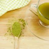 Японский порошок зеленого чая matcha на ложке Стоковое фото RF