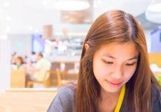 Японский портрет девушки в кафе Стоковые Фотографии RF