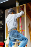 Японский плотник работает на разделе перед домом Стоковая Фотография RF