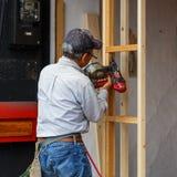 Японский плотник работает на разделе перед домом Стоковые Изображения RF