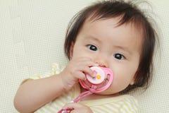 Японский ребёнок всасывая на pacifier стоковая фотография rf