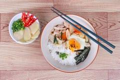 Японский рис покрыл мягкие яичка чирея и зажарил свинину Стоковые Изображения