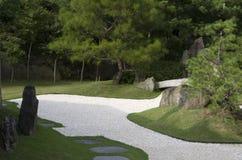 Японский сад Дзэн с задворк песка Стоковые Фотографии RF