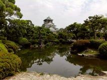 Японский сад и главная башня Осака рокируют Стоковые Изображения