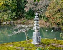 Японский сад с каменной башней на виске Kinkaku в Киото, Японии Стоковые Фото