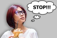 Японский стоп девушки имея тучную концепцию десерта Стоковая Фотография
