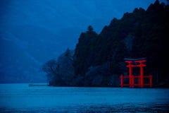 Японский строб Torii святыни на береге Стоковое фото RF