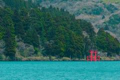Японский строб Torii святыни на береге Стоковые Фотографии RF