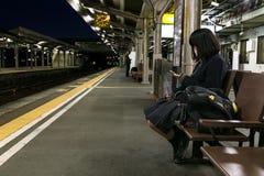 Японский студент на платформе в вокзале Стоковое фото RF