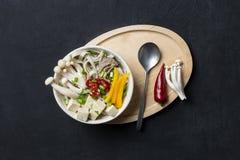 Японский суп лапши с говядиной и chili на черной предпосылке стоковые фото