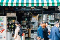Японский традиционный магазин ради алкоголя на улице Tsurugaoka Hachimangu wakamiya-oji в Камакуре, Японии стоковые изображения