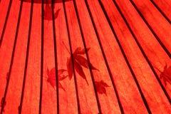 Японский традиционный красный зонтик Стоковые Изображения
