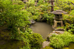 Японский фонарик около пруда Стоковые Изображения RF