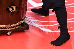 Японский художник играя на традиционных барабанчиках taiko Стоковое Фото