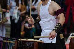Японский художник играя на традиционных барабанчиках taiko Стоковые Фотографии RF