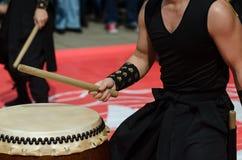 Японский художник играя на традиционных барабанчиках taiko Стоковая Фотография RF