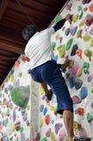 Японский человек взбираясь стена утеса крытая Стоковые Фото