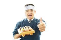Японский шеф-повар показывая большие пальцы руки поднимает знак стоковые изображения rf