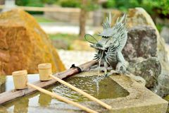 Японский washbasin, tsukubai, с фонтаном дракона Стоковые Изображения RF
