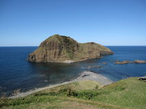 Японское побережье взморья с скалистым островом и голубой морской водой Стоковое фото RF