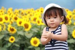 Японское поле девушки и солнцецвета Стоковое Изображение RF
