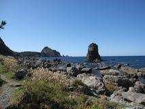 Японское скалистое побережье с голубой морской водой Стоковые Фотографии RF