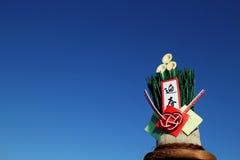 Японское kadomatsu Нового Года в голубом небе Стоковое фото RF