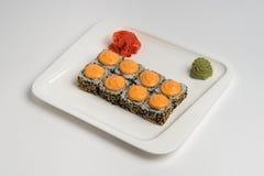 Японское maki крена еды на белой предпосылке Стоковое Изображение RF