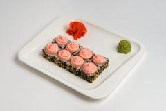 Японское maki крена еды на белой предпосылке Стоковые Фото