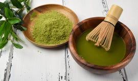 Японское matcha зеленого чая в деревянном шаре Стоковые Фотографии RF