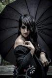 Японцы смотрят, милая молодая женщина с черным зонтиком, под aut стоковые фотографии rf