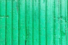 Яркая ая-зелен деревянная предпосылка с краской шелушения и вертикальными досками Стоковое фото RF